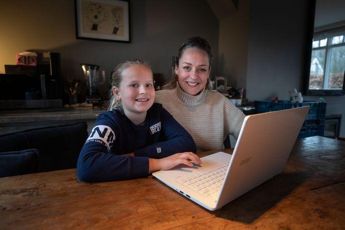 Een goede middelbare school zoeken gebeurt in veel gezinnen vooral achter de laptop, zoals bij Madelief en haar moeder Hilda Doeksen in Dronten.