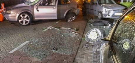 Automobilist op Urk vliegt over de kop na wilde politieachtervolging en richt ravage aan