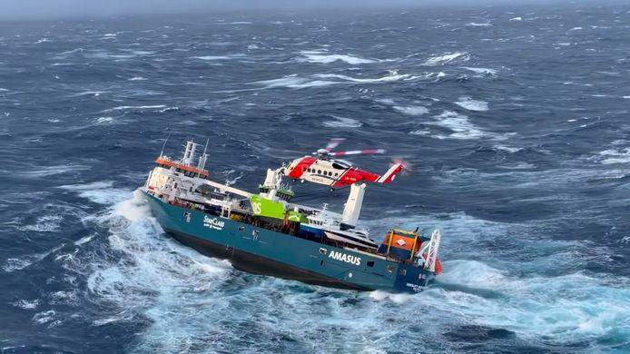 L' équipage du cargo néerlandais Eemslift Hendrika est évacué par temps de tempête au large de la Norvège, en mer du Nord, le 5 avril 2021.