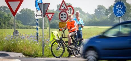 Job en zijn klasgenootjes uit Vollenhove mogen weer praktijkexamen doen op de fiets: 'En dan maar wachten op het telefoontje'