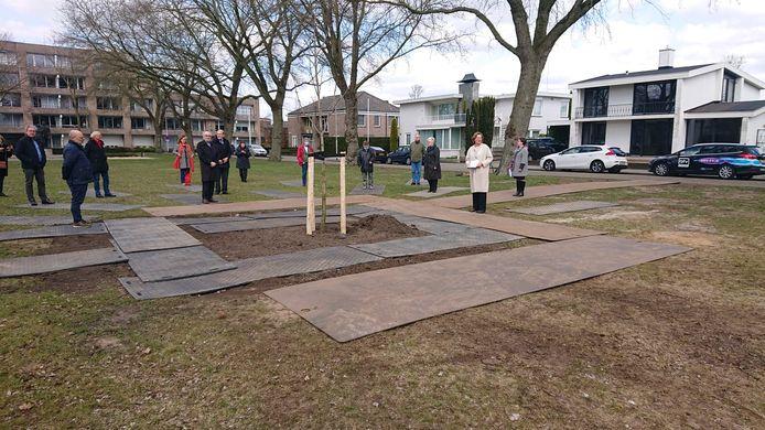 Burgemeester Buijs spreekt bij het planten van de Anne Frank boom