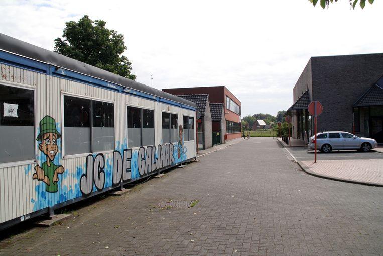 Jeugdhuis De Galjaar aan sporthal De Klavers. De jongeren zitten er al zeven jaar in containers.
