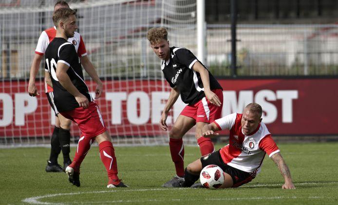 Jardell Kruidbos (midden) voor AZSV in actie tegen SC Feyenoord.