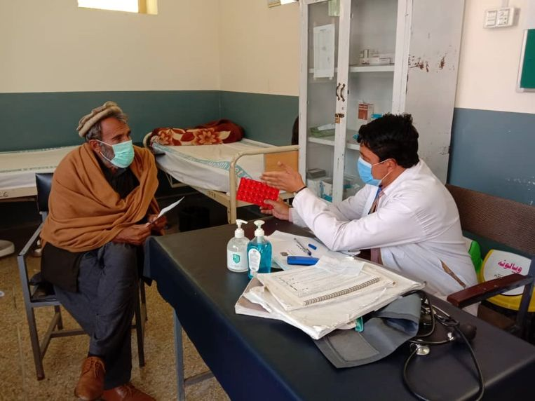 Een arts in een gezondheidscentrum met een patiënt.  Beeld HealthNet TPO