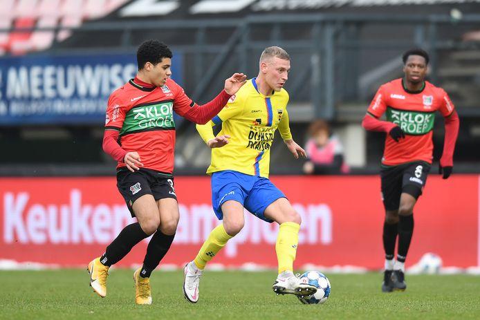 NEC-aanvaller Elayis Tavsan in duel met Joris Kramer van Cambuur.