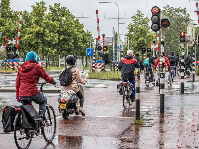 Zwolle wil de fietser nog meer ruimte geven. Zo krijgen fietskoeriers van Cycloon mogelijk sneller groen licht. Op de kruising van de Willemskade en de Rieteweg hebben fietsers maandagmiddag in de stromende regen geen zin om te wachten en trappen door rood.