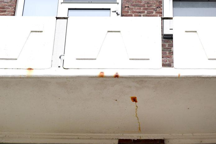 Ook zonder onderzoek is van sommige balkons aan het Planciusplein in Breda die vrijdag gestut zijn, te zien dat er iets niet in de haak is.