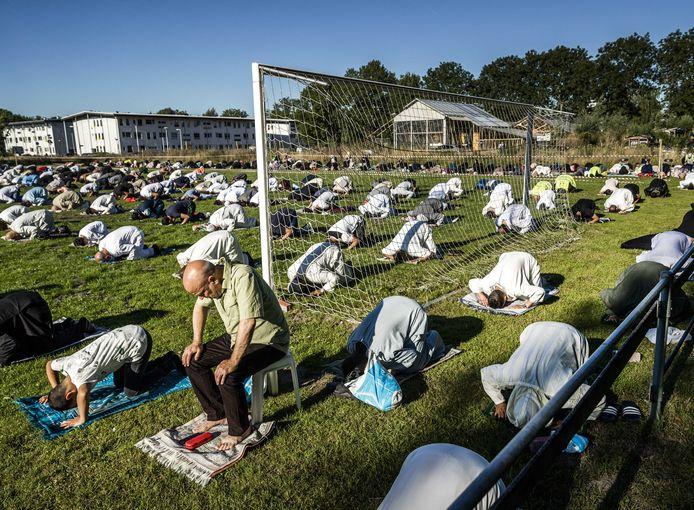 Beeld ter illustratie: ook in Amsterdam vond het Offerfeestgebed plaats op een voetbalplein. In Gent mochten er echter geen foto's gemaakt worden om de gelovigen niet te storen tijdens de gebeden.