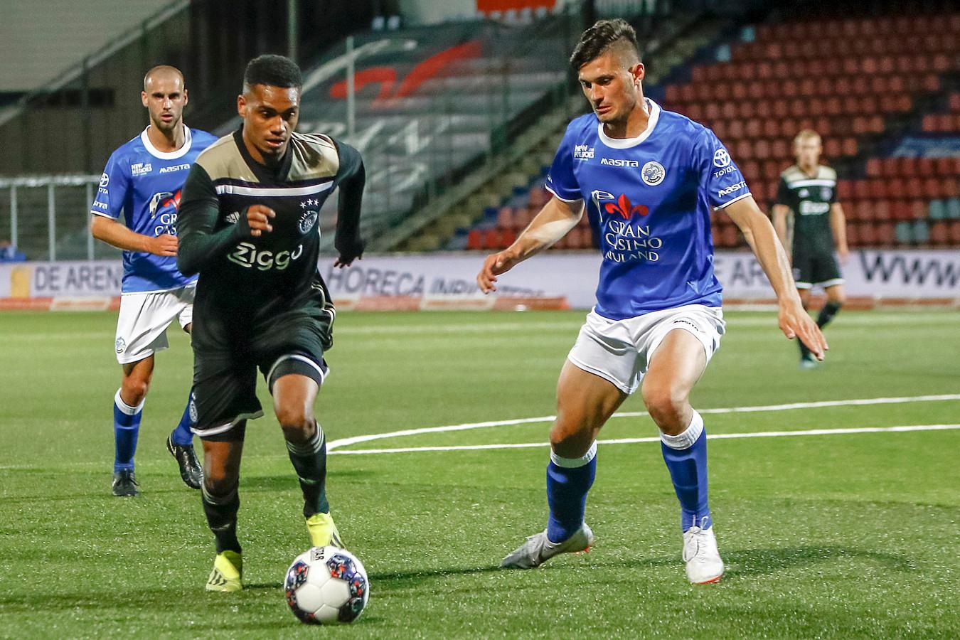 Stefan Velkov (FC Den Bosch) in duel met Danilo Pereira van Jong Ajax.