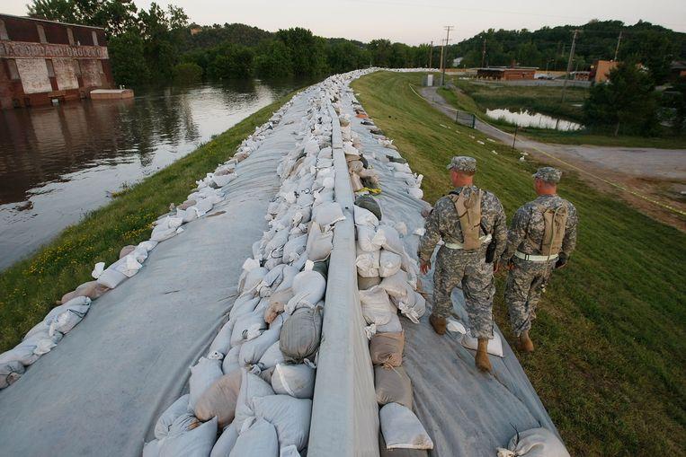Soldaten van de National Guard patrouilleren op de verhoogde oevers van de Mississippi in Missouri. Een neveneffect van het indijken van de rivier is het verlies van land, zegt Kolbert. Beeld Getty Images