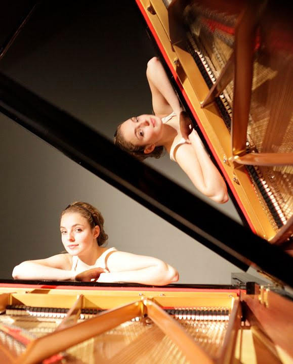 Pianiste Sylvie Klijn presenteert de culturele avond in de Nieuwe Veste in Breda.
