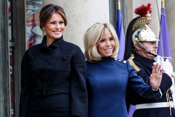 Melania Trump werd ontvangen door Brigitte Macron (R).