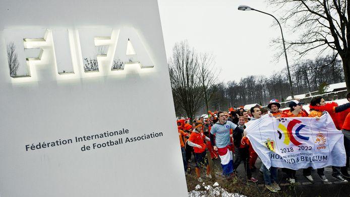 Nederlandse voetbalfans vierden begin december 2010 samen met de band Kleintje Pils een feestje voor de ingang van het kantoor van de FIFA in Zurich. De supporters hoopten met de actie stemmen te werven voor het HollandBelgium Bid.