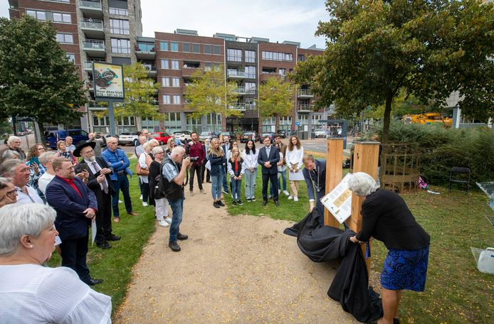 Burgemeester Gert-Jan Kats en raadslid Tineke Bette-van de Nadort onthullen de plaquette.