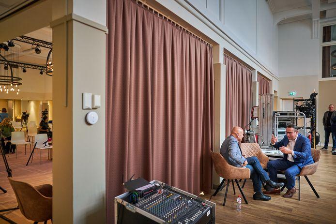 Richard de Mos (r.) en Peter Plasman voorafgaand een gesprek met de pers over de nieuwe politieke partij waarmee zij de Tweede Kamer in willen gaan.