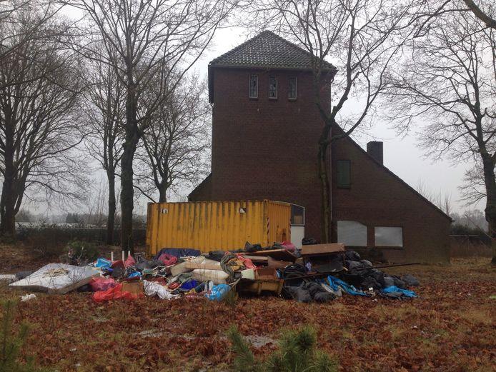 Nepkerkje aan de Oirschotsedijk in Eindhoven, met op de voorgrond het afval dat krakers hebben achtergelaten.