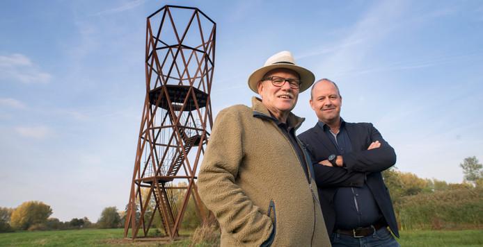 Harrie van den Brand (links) en Joost van Dijk  van de nieuwe kunststichting in Meierijstad bij de Uitkijktoren van Lenglet in Sint-Oedenrode, een van de vele kunstprojecten van de Kunststichting Sint-Oedenrode.