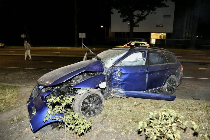De auto kwam tegen een boom nadat de bestuurder stopte voor een overstekende kat.