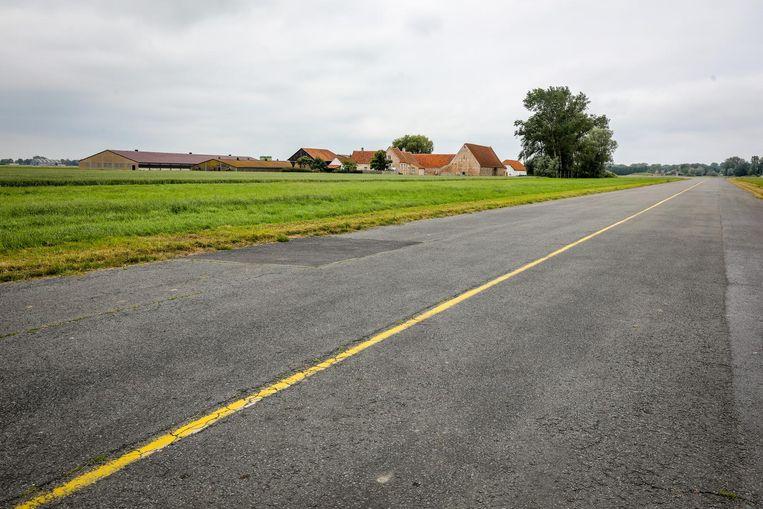 De landingsbaan van de luchtmachtbasis, met in de verte Henks boerderij.