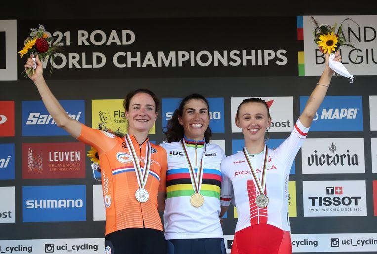 Winnares Elisa Balsamo op het podium in Leuven, met links van haar Marianne Vos (zilver) en rechts van haar de Poolse Katarzyna Niewiadoma (brons). Beeld REUTERS/Yves Herman