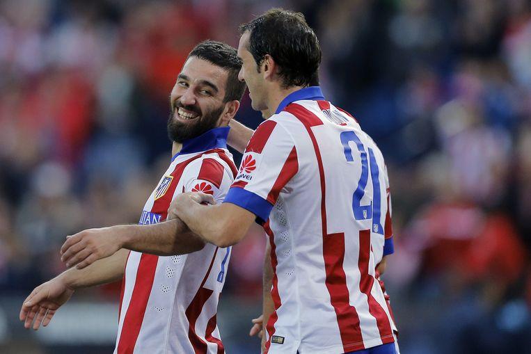 Arda Turan (l) en Diego Godin van Atlético Madrid. Beeld ap