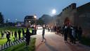 Op de Wijde Wellen is het rond half elf nog rustig. Politie en jongeren houden elkaar in het oog.
