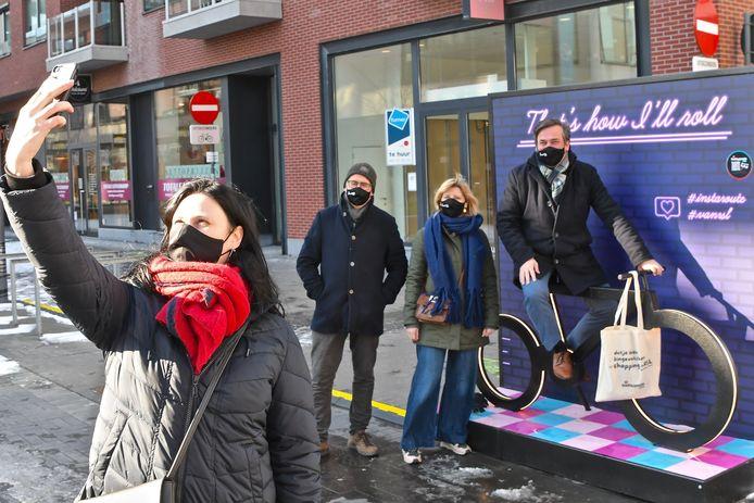 Kathleen Biesbrouck, Stephan Gryspeerdt van de vzw Shopping en Centrum Roeselare, Isabel Lapeirre van Unizo Roeselare en burgemeester Kris Declercq leven zich uit met de Instaroute #VANRSL.