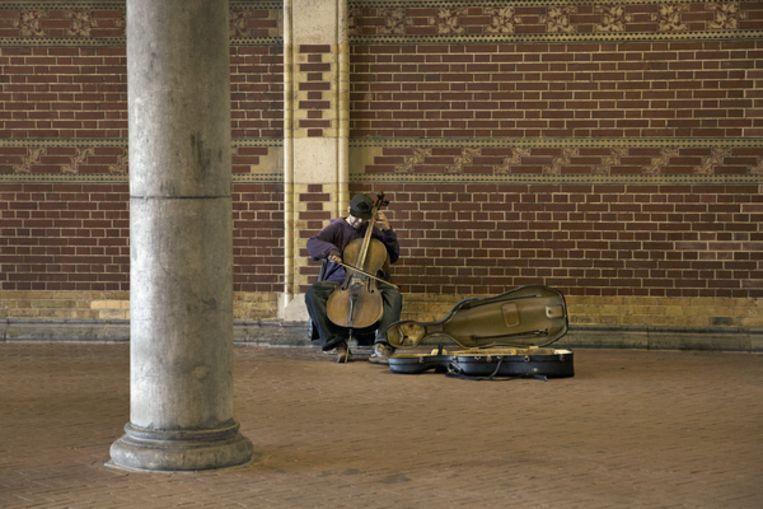 Straatmuzikant bij het Rijksmuseum in Amsterdam. 80 tot 90 procent van de musici kan nauwelijks leven van het werk als gevolg van de lage beloningen.  Beeld Ton Toemen, Hollandse Hoogte