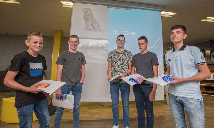 Jarno, Jan, Walter, Nico en Maurice zijn de winnaars van de ontwerpwedstrijd voor een waterornament in de vijver aan de Leeuewenhoeklaan in Kruiningen.  De derdejaars leerlingen van het Calvijn College in Krabbendijke krijgen als beloning een cadeaubon en een reep chocolade.