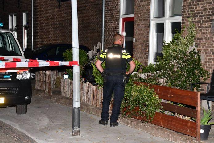 De politie doet zaterdagnachtonderzoek bij de woning aan de Lammensstraat.