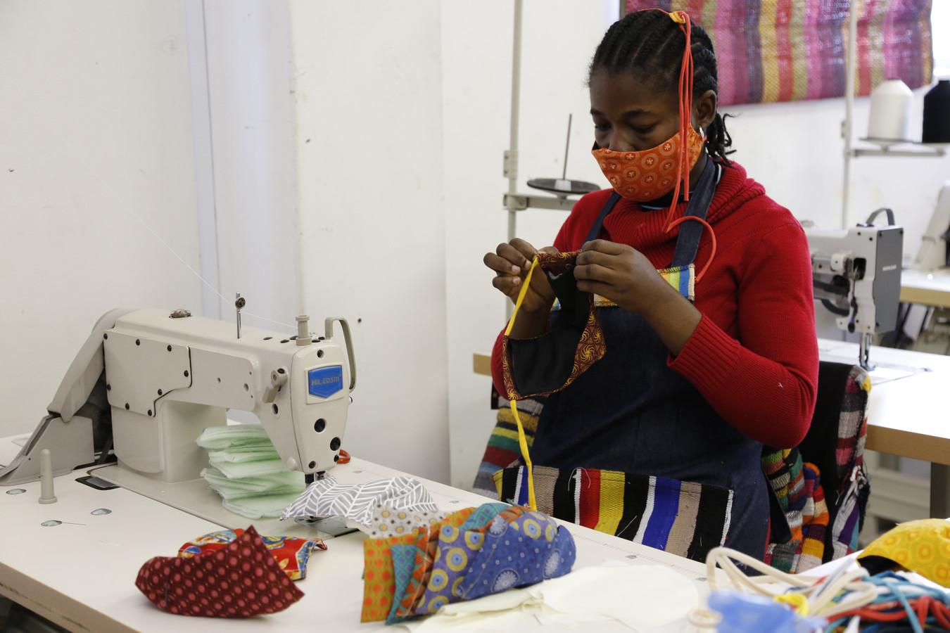 Het maken van mondkapjes in het atelier in Kaapstad.