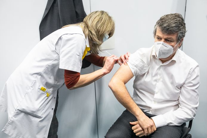 Minister Somers kreeg begin februari een testprik tijdens de dry-run in het Bilzens vaccinatiecentrum.