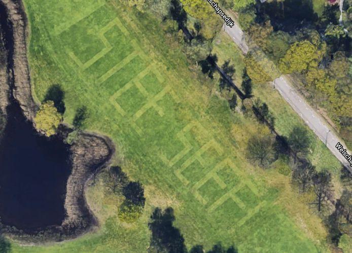 Tijdens de actie #NL blijft thuis vorig jaar maaide Bas Heijmans de tekst 'Stee seef' in de fairways op Golfbaan Welschap.