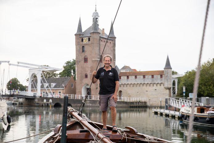 Henk Verhage op één van de schepen van de Museumhaven Zeeland aan de Vissersdijk in Zierikzee, vlakbij de plek waar De Roompot ooit is gebouwd.