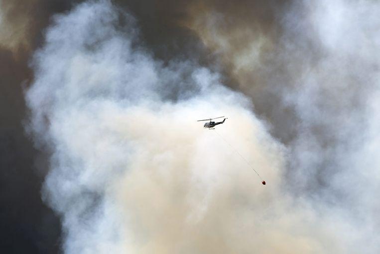 Er zijn helikopters en blusvliegtuigen ingezet om de brand te blussen. Beeld epa