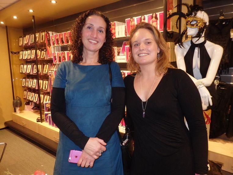 Mirjam Meinhardt (Vallei Orgasme) en Silvana Hoggner, sportvrouw/vrijwilliger/kok/oppasmoeder. Beeld Hans van der Beek