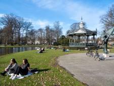 Kijk hoe Apeldoorn van winter naar lente ging in een week tijd: van schaatsen naar hangmat
