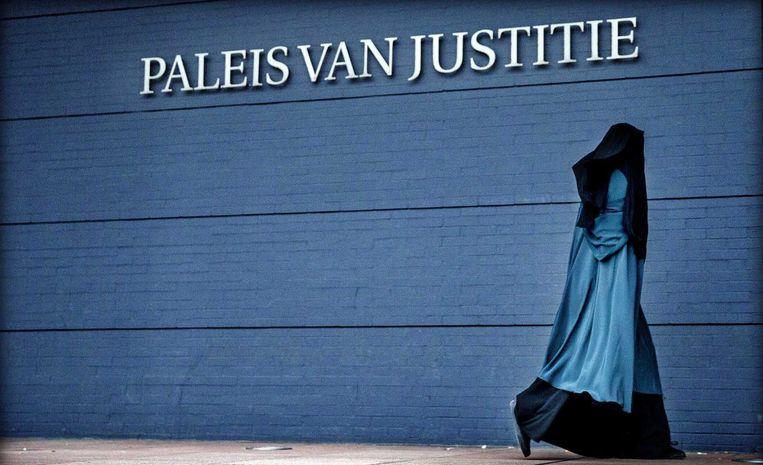 Een gesluierde vrouw arriveert bij het Haagse Paleis van Justitie. Beeld anp