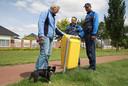Voor het niet opruimen van hondenpoep kan een bestuurlijke boete worden uitgedeeld.