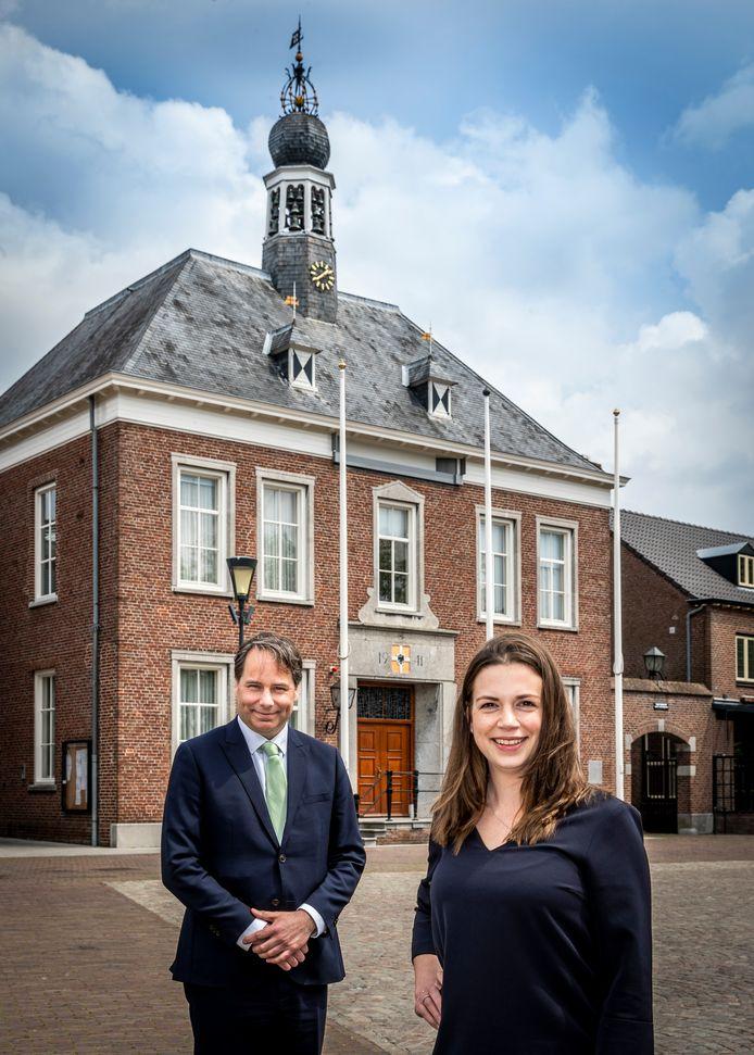 De Gemertse wethouder Bart Claassen met zijn collega Willeke van Zeeland voor het gemeentehuis.
