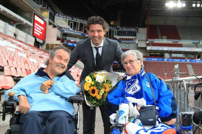 Twan en Henny, jarenlang gingen ze samen naar alle wedstrijden van FC Eindhoven maar nu Twan is overleden, gaat Henny alleen.