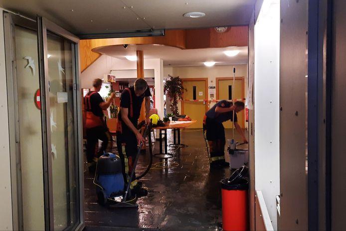 De politie had veel mankracht nodig om al het water uit het pand te krijgen.