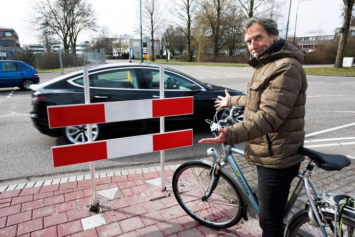Gijsbert Valstar van de Fietsersbond ergert zich mateloos aan de afzettingen die op de fietspaden worden neergezet om fietsers doorgang te beletten, zoals hier op de kruising Polanerbaan / Houttuinlaan.