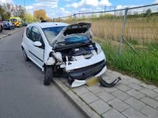 Auto total loss door botsing tegen lantaarnpaal in Gouda