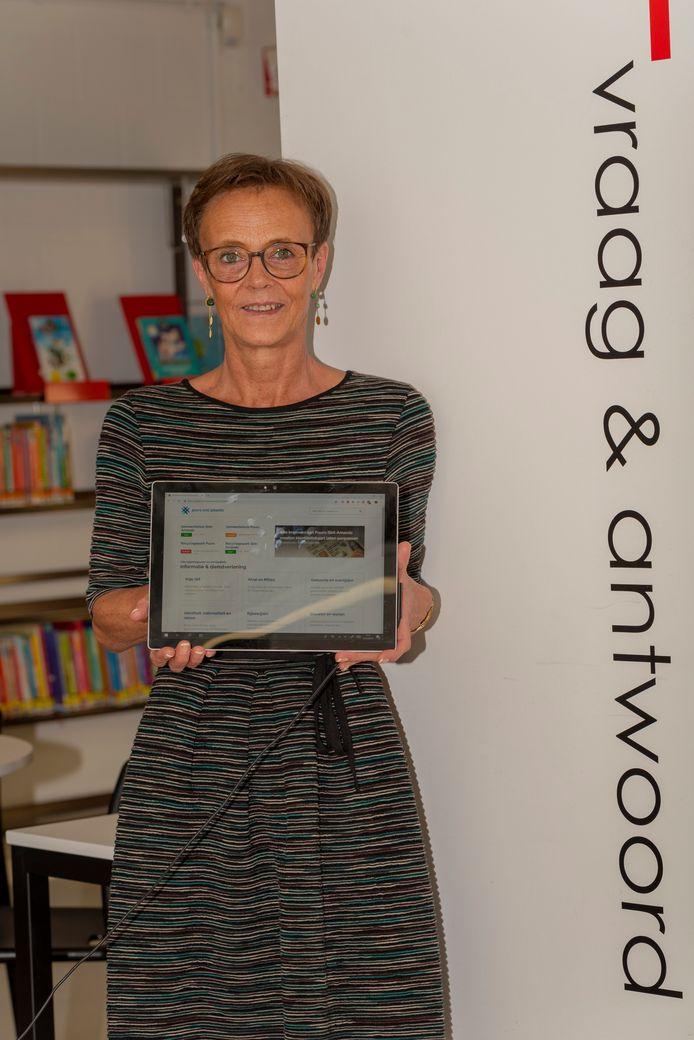 Schepen van communicatie Hilde Van der Poorten toont de nieuwe website van Puurs-Sint-Amands