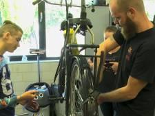 Enschedese leerlingen repareren fietsen: 'iets doen voor een ander'
