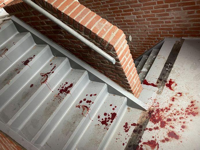 Bloedsporen in de flat in Ede na de steekpartij.