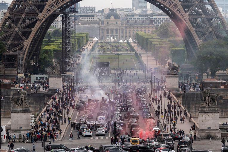 Tientallen taxi's blokkeren het verkeer in het centrum van Parijs. Beeld NurPhoto via Getty Images