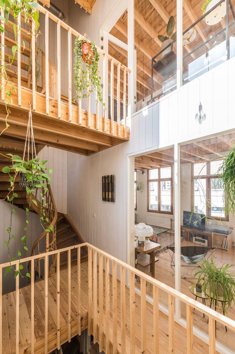 Alle kamers zijn afgewerkt als 'gevels' met witte houten latten en vensters.  Beeld Luc Roymans