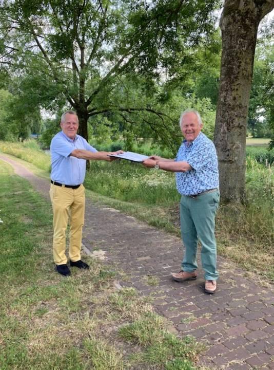 Wethouder Harry van Rooijen (links) en Mari Thijssen, voorzitter van de samenwerkende natuurgroepen in de gemeente, tekenden een samenwerkingsovereenkomst.